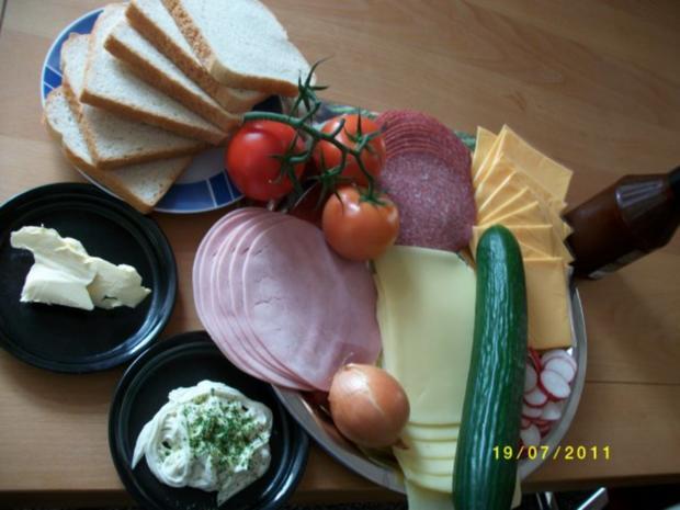 Große Weissbrotscheiben  Schinken Salami Gemüse zwei Käse Überbacken. - Rezept