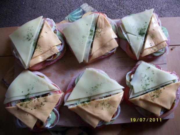 Große Weissbrotscheiben  Schinken Salami Gemüse zwei Käse Überbacken. - Rezept - Bild Nr. 5