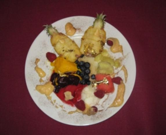 Vergoldete Creme Vanille an flambierter Baby-Ananas mit Sorbets - Rezept