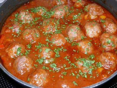 Hackfleischbällchen in feuriger Tomatensauce - Rezept