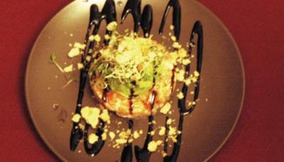 Lachstatar mit Parmesancrumble an Avocado-Wasabi-Crème - Rezept
