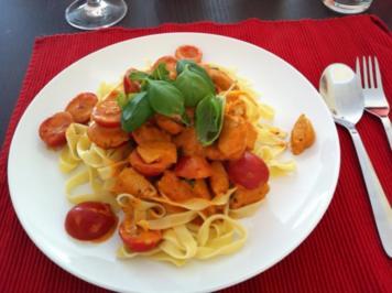 putenstreifen in tomate-basilikum-sosse mit cherrytomaten und bandnudeln - Rezept