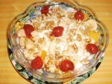 Obst mit Dickmilch und Nüssen - Rezept