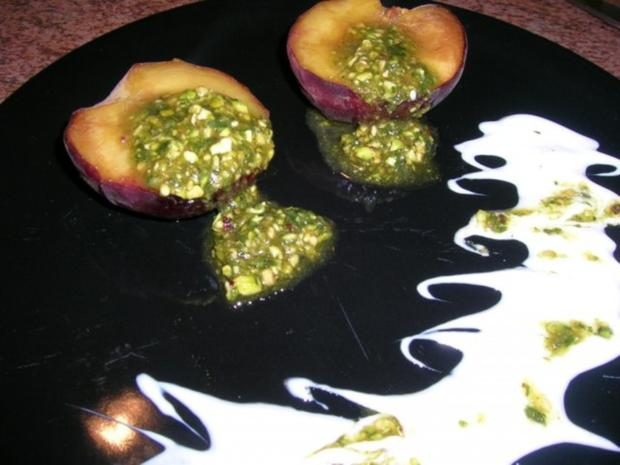 Gebackene Pfirsische mit Pistazien-Basilikum-Pesto - Rezept