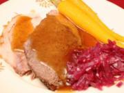 Rinder- und Schweinebraten, dazu Rotkohl, glasierte Möhren und Kartoffelschaum - Rezept