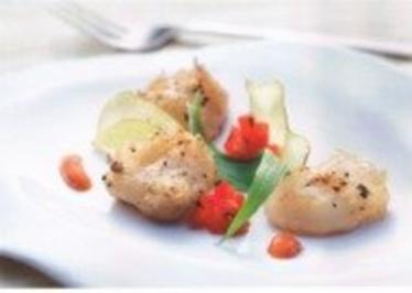 Rezept: Jakobsmuscheln im Prosecco- Teig m. Cajun- Dip, würzigem Tomaten- Tatare u. Kartoffelchips
