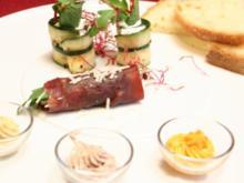 Dreierlei Butter Mousse an Maisbrot mit Zucchini-Röllchen und Bresaola Birnen-Röllchen - Rezept