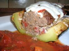 XXXL-Zucchini, ( 1 1/2 kg)  gefüllt mit Lammhack und überbacken mit Ziegenkäse - Rezept