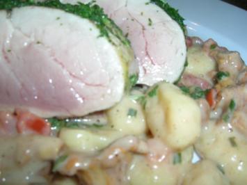 Rezept: Rosa pochiertes Schweinefilet im Kräutermantel auf Pfifferling-Gnocchi Ragout
