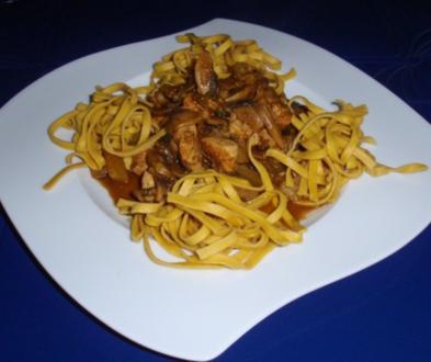 Fruchtiges Curry-Hühnchen mit Currynudeln - Rezept