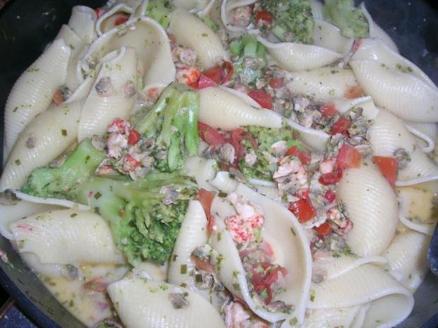 Conchiglie mit Venusmuscheln, Flusskrebsen und Broccoliröschen - Rezept - Bild Nr. 6