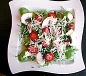 Basilikum-Rucolasalat mit Erdbeeren - Rezept
