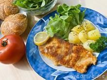Schnitzel paniert mit Backofenkartoffeln und Salat - Rezept