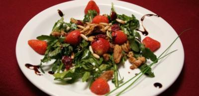 Erdbeeren auf Rucola-Balsamico-Bett mit Soja-Schnetzeln und Pinienkernen - Rezept