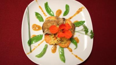 Süßkartoffel-Taler mit Auberginen-Hippen auf Zuckerschoten-Strahlen - Rezept
