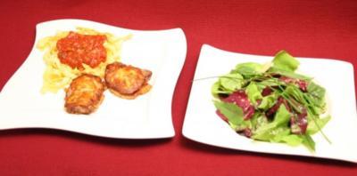 Allgäuer Schweinefilet im Käsemantel an Nudeln mit Tomatensoße und Blattsalat - Rezept