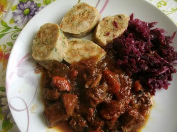 Gulasch nach Hausfrauenart mit Böhmischen Knödel - Rezept