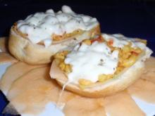 Feurige Tiefseegarnelen auf Brötchen mit Mozzarella überbacken - Rezept
