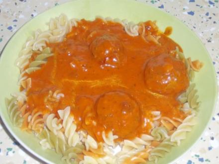 Nudeln mit Tomatensoße und dazu Hackfleischbällchen mit Käse gefüllt - Rezept