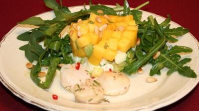 Rezept: Gebratene Jakobsmuscheln an Avocado-Rucolasalat mit Mango
