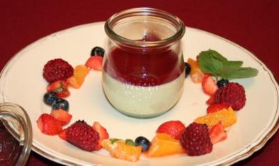 Grüntee-Pannacotta im Glas mit Himbeer-Orangensoße und roten Früchten - Rezept