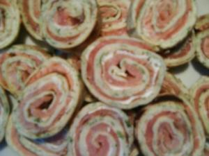 crêpes mit Kräutern (hier mit Lachs und Frischkäse) - Rezept