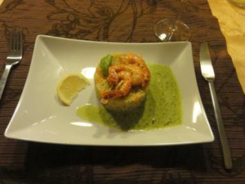 Scampispiess mit Gemüse-Couscous an Basilikumschaum - Rezept