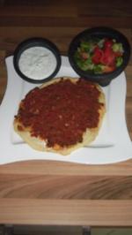 türkische Pizza mit typisch türkischem grünen Salat und Zatziki - Rezept