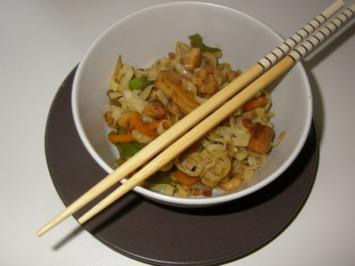 Asiatische Nudelpfanne mit Pute, Shrimps und Paprika - Rezept