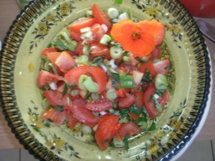 Tomatensalat mit Kapuzinerkresse - Rezept
