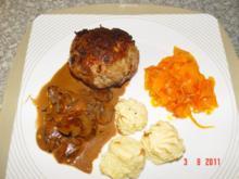 Frikadellen mit Herzoginkartoffeln , glassierten Karotten und Champignonsoße - Rezept