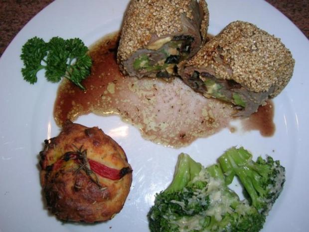 Kalbsrouladen,mediterran gefüllt in Sesamkruste,an Rosmarinsaft + Tomaten-Rosmarin-Muffins - Rezept - Bild Nr. 5