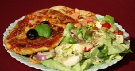 Misch-Masch-Salat an bunt belegten Pizzaschnittchen - Rezept