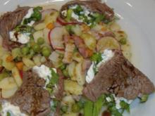 Lauwarmer Gemüse-Speckkartoffelsalat mit gefüllten Rinderfilettaschen - Rezept