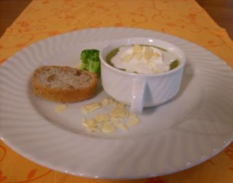 Brokkolisuppe mit Lachsstreifen an Walnuss-Ciabatta - Rezept