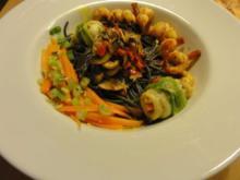 schwarze Spaghetti mit Schollenröllchen, Scampi und Safran-Kokossauce - Rezept