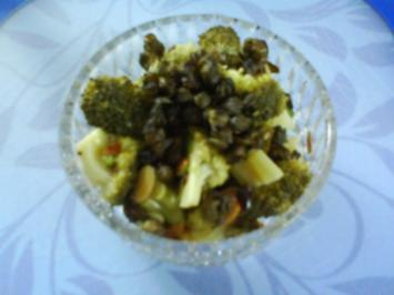 Broccolisalat mit gerösteten Mandelblättchen und frittierten Kapern - Rezept