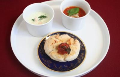Kaltes Suppenduo, dazu selbst gebackenes Brot mit Knoblauchtomate - Rezept