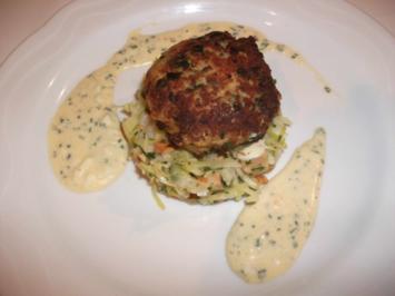 Fischfrikadellen auf Spitzkohlsalat mit Pfifferling-Dressing - Rezept