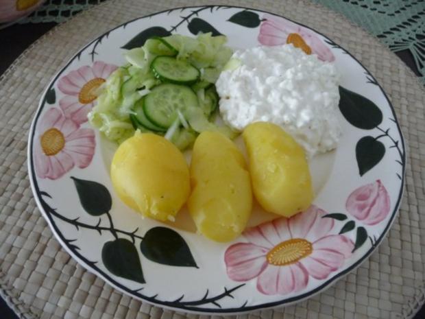 Fixe Küche : Pellkartoffeln mit Kräuterquark und Gurkensalat - Rezept