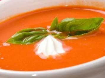Fruchtig-scharfe Tomatensuppe meets Basilikum & Mozzarella - Rezept