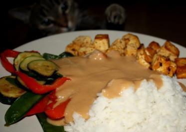 Tofu mit Gemüse und Erdnusssoße - Rezept