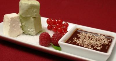 Parfait vom grünen Tee mit Schoko-Sesam-Soße - Rezept