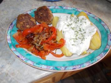 Quarkkartoffel mit Gebratenen Paprikastreifen und Frikadellen - Rezept