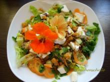 Fruchtiger Salat mit Ziegenkäse und Blüten - Rezept