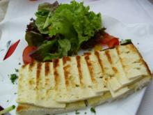 Überbackener Camenbert auf Brot - Rezept