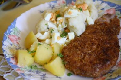 Cornflakes-Schnitzel mit Blumenkohl und Eier-Dressing - Rezept