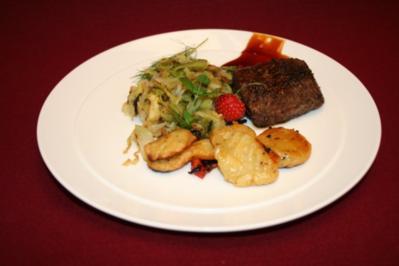Rezept: Deichlammfilet mit Kräuterknöpfen und Spitzkohl auf Sanddorn-Ingwer-Chili-Soße