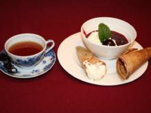 Krüllkuchen mit Vanillesahne, Roter Grütze und Ostfriesentee - Rezept