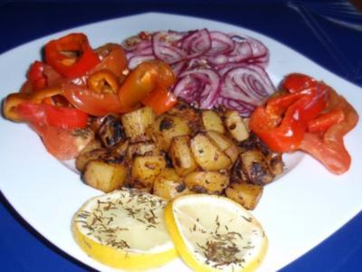 Pangasiusfilet auf Gemüse-Zwiebelbett und Bratkartoffeln - Rezept